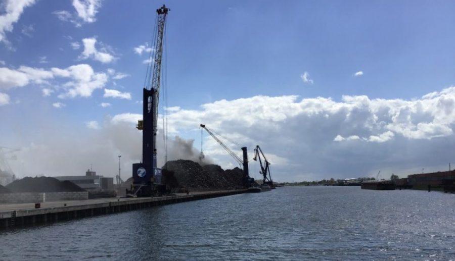 Rook door brand in schroothoop Zeehaven Dordrecht